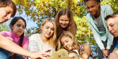 Groupe d'adolescent en pleine partie d'escape game, une sortie en famille et entre amis